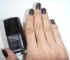 Hoje eu passei o esmalte Steel da Chanel, é um cinza chumbo com preto metalizado. Lindo!!! Foto: Bettys