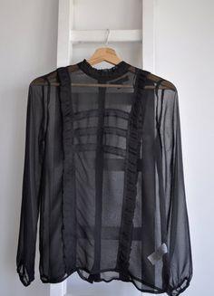Kup mój przedmiot na #vintedpl http://www.vinted.pl/damska-odziez/koszule/18481219-koszula-czarna-elegancka-mgielka-z-falbankami-zapinana-z-tylu-s-glamour-wstawki-koronkowe