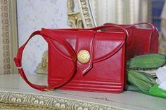 Röd Läderväska från Yves Saint Laurent - La Reine Inredningar Yves Saint Laurent, Saints, Designers, Womens Fashion, Clothing, Bags, Accessories, Vintage, Shoes