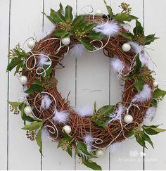 Couronne de Noël blanc et argent avec une base en osier. #boule #sapin #lierre #couronne #noel #christmas #plume