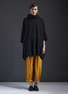 Un look cómodo en negro y amarillo.