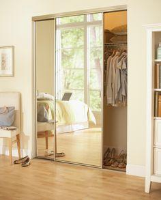 Un clóset con espejo te ayudará a darle más luz a tu espacio.