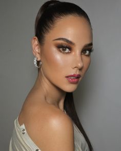9 Celebrity-Approved Holiday Makeup Looks- Catriona Gray Loading. 9 Celebrity-Approved Holiday Makeup Looks- Catriona Gray Christmas Makeup Look, Holiday Makeup Looks, Grey Fashion, Star Fashion, Filipino Makeup, Miss Universe Philippines, Best Workwear, Looks Instagram, Gray Instagram