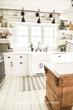 Inspiring White Farmhouse Style Kitchen Ideas To Maximize Kitchen Design 27 – Home Decor - Kitchen Farmhouse Sink Kitchen, New Kitchen Cabinets, Modern Farmhouse Kitchens, Home Decor Kitchen, Kitchen Ideas, Kitchen White, Rustic Farmhouse, Farmhouse Design, White Cabinets