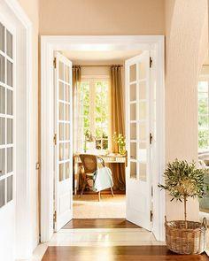 """""""Las puertas son una parte muy importante de la decoración de tu casa. Si las tuyas no te gustan tienes 3 opciones: cambiarlas, recuperarlas o…"""""""