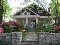 Exterior craftsman bungalow curb appeal 16 ideas for 2019 Cottage Exterior Colors, Exterior Color Schemes, Exterior Paint, Exterior Design, Exterior Homes, Bungalow Homes, Craftsman Style Homes, Craftsman Bungalows, Craftsman Bungalow Exterior