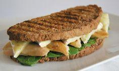 Emparedado de pollo, queso blanco y pan integral.