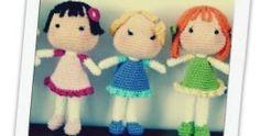 Aprende a tejer las preciosas Muñecas BB con este patrón original de Amigurumi BB traducido completamente al español por Los Enredos de Lyanne. Yarn Dolls, Knitted Dolls, Crochet Dolls, Knit Crochet, Crochet Hats, Amigurumi Patterns, Amigurumi Doll, Knitting Patterns, Communion