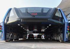 O objeto que você vê na foto abaixo mais parece uma nave espacial vinda direta de um filme de ficção cientifica, mas na verdade é o TEB, um novo conceito de ônibus chinês, que funciona por meio de um sistema de trilhos e possui um vão por baixo, onde passam os outros veículos. Sigla para Transit Elevated Bus (Ônibus de Passagem Elevado), o projeto inovador foi concebido em 2010 e começou a funcionar em formato de testes na última terça-feira, na cidade de Qinhuangdao, província de Hebei. Com…