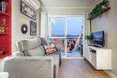 Este apartamento é pequeno, mas tem uma boa área para receber e uma sacada com horta e rede para descansar