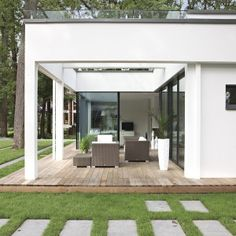 WeberHaus - Spacious and contemporary prefabricated bungalow with Bauhaus architecture Prefabricated Houses, Prefab Homes, Bungalows, Flat Pack Homes, Steel Framing, German Houses, Modern Properties, Bauhaus Style, Home Builders