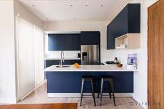 Una cocina azul con cubierta blanca para darle un toque único y contrastante a tu espacio.