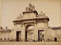 Puerta de Toledo, Madrid 1879, aún unida a la muralla