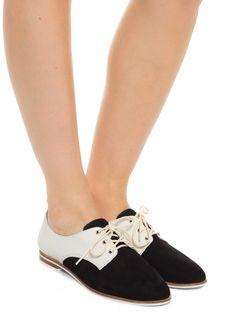 Sapato Fechado Salto Rasteiro Nobuck - Schutz - Preto e Branco  - Shop2gether