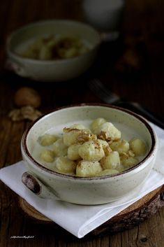 Gnocchi con fonduta di formaggi e noci