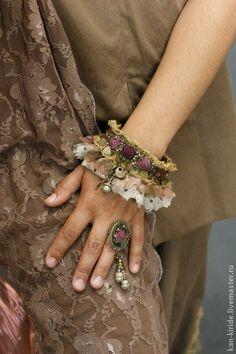 месяц поздних поцелуев,поздних роз и ливней звёздных. комплект-браслет,кольцо и шпилька,вышитые розы добавят романтичности вашему…