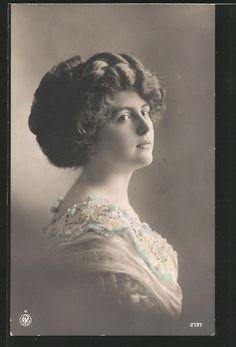 old postcard: Foto-AK NPG NR 2137: Porträt einer jungen Frau