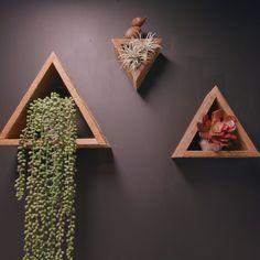 Design Triangle Shelves – diy home decor wood Home Decor Shelves, Diy Wall Decor, Diy Bedroom Decor, Diy Home Decor, Small Wood Projects, Diy Projects, Wooden Shelving Units, Triangle Shelf, Home Crafts
