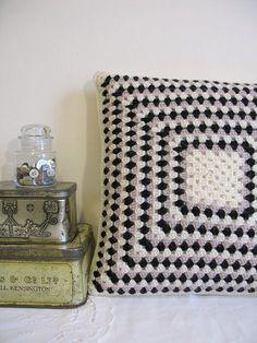 Knitulator sucht Ideen für #GrannySquares: #Kissenhäkeln #crochetedpillow #PillowwithGrannySquares #KnittingappKnitulator #CrochetersAppKNitulator #Häkelapp  www.Knitulator.com