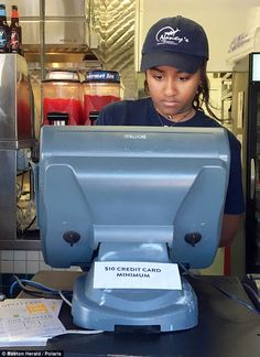 Natasha (better known as Sasha) Obama just got a summer job at…a seafood restaurant? Yes, you all heard that right! The youngest daughter of Barack and Michelle Obama recently began working at Nancy's Obama Daughter, First Daughter, Christopher Evans, Restaurant Jobs, Seafood Restaurant, Malia And Sasha, Malia Obama, Barrack Obama, Black Presidents