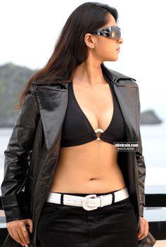 KOLLYWOOD MIRCHI: Anushka hot bikini boob show stills from billa HD