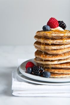 Extra fluffy vegan buttermilk pancakes made from a combination of almond milk and fresh lemon juice to create an easy vegan buttermilk. Just 5 basic ingredients and a few minutes to make! Pancake Healthy, Vegan Pancake Recipes, Vegan Pancakes, Pancakes Easy, Buttermilk Pancakes, Pancakes And Waffles, Cooking Recipes, Pancakes For Dinner, Honey Recipes