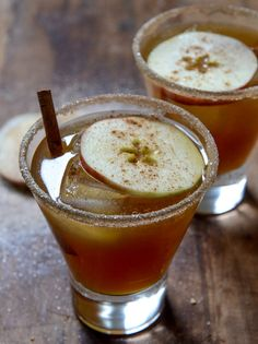 Spiced Amaretto Apple Cider Kiss - soul-warming cocktail! #cocktails