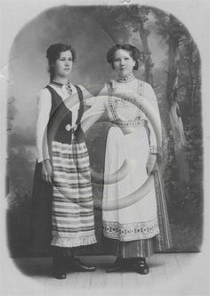 Kaksi naista kansallispuvussa,  Mimmi ja Meeri. Vasemmalla Kirvun kansallispuku. 1917
