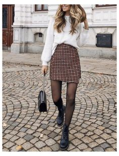 Doc Martens Outfit, Cute Spring Outfits, Winter Outfits Women, Outfit Winter, Jean Skinny Noir, Black Tights Outfit, Stockings Outfit, Winter Rock, Fall Winter
