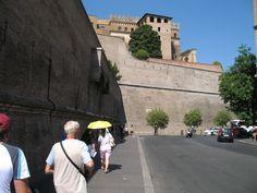 Vaticaanstad is helemaal ommuurd. Het is het kleinste land ter wereld (50 ha) met aan het hoofd de paus. Hij is dus zowel kerkelijk leider als staatshoofd.
