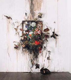 VALERIE HEGARTY Get a frame and glue flowers and leaves and branches to it like is growing out of it. Love this idea. VALERIE HEGARTY Get a frame and glue flowers and leaves and branches to it like is growing out of it. Love this idea. Art Inspo, Kunst Inspo, Art Floral, Modern Art, Contemporary Art, Instalation Art, Flower Installation, Art Design, Art Plastique