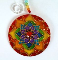 Mandalas em acrílico de 10cm de diâmetro, pintura vitral, decoradas em ambos os lados. R$ 18,00