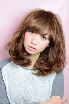 鎖骨下の長さで設定したセミディーのボブスタイル。 全体がふんわり仕上がるように頬骨周りから大きめのカール感を。 前髪はラウンドの広めの幅でトレンド感を。 カラーは11レベルのピンクベージュをON。 透明感が欲しい方にはブリーチを使わないWカラーがオススメ。 髪のダメージは最小限に透明感を。 透明感カラーは大島までご相談下さい!!
