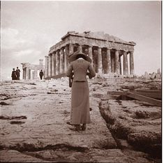 Amateur photographer :: Woman photographing the Parthenon at the Acropolis, Athens, Greece, circa 1900 (probably From the exposition 'Le photographe photographié'. Old Pictures, Old Photos, Vintage Photographs, Vintage Photos, City Ville, Greek History, History Of Photography, Athens Greece, Acropolis Greece
