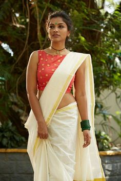 Kerala Saree Blouse Designs - Try These 15 Stylish Models Blouses For Kerala Saree are a perfect blend of tradition and modernity. Here are the best designs of Kerala saree blouses with images. Kerala Saree Blouse Designs, Cotton Saree Blouse Designs, Saree Blouse Patterns, Set Saree, Saree Dress, Saree Draping Styles, Saree Styles, Indian Bridal Sarees, Indian Beauty Saree