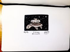 #Microcuento: 12 de marzo de 2016  La Gran Tortuga ATuin continúa surcando la inmensidad del vasto espacio pasando de largo sin el mayor interés. Él no contempla fijamente el Destino esta vez. Él ya no se fija en las maravillas galácticas del juego de dos dimensiones de segunda mano ni el plano astral ligeramente combado ni en las ondulantes nieblas estelares que fluctúan y se separan. Él simplemente le echa de menos. Como todos los días desde hace ya un año. (Homenaje a Terry Pratchett)