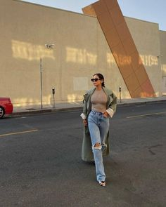 Ripped Jeans Outfit, Jeans And Sneakers, Ripped Denim, Denim Outfit, Skinny Jeans, Classic Trench Coat, Loose Fit Jeans, Fresh Outfits, Trendy Outfits
