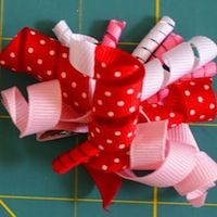 Every little girl looks cute with this bow in her hair :0) free instruction