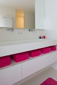 Inkeping tussen kastjes en wastafel voor handdoeken en washandjes