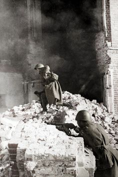 World War II, Great Patriotic War. Soviet soldiers in street fights during the Battle of Stalingrad, 1942.