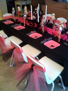Create the table scape with an appearance of an actual doll runway. Barbie Birthday Bash | CatchMyParty.com