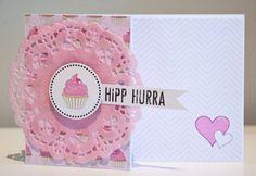 Enkelt bursdagskort med pl-ark og rosa doilie.