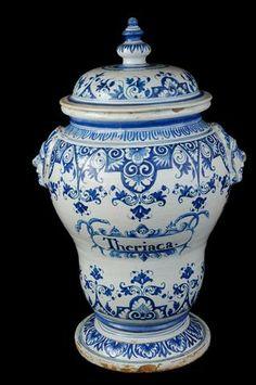 IMPORTANT POT «DE MONSTRE» à thériaque couvert de forme balustre reposant sur un piédouche, deux prises en forme de têtes d'indiens, décor en camaïeu bleu de lambrequins fleuris et rinceaux feuillagés, dans une réserve l'inscription «theriaca». H 63 cm. Rouen, XVIII°S.