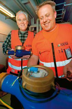 Putkiasentajat Jarmo Salomäki (vas.) ja Janne Nikkanen vaihtavat vesimittareita Tampereella ja Pirkkalassa. Uusi tai huollettu vesimittari mittaa kiinteistön vedenkulutuksen varmasti oikein.