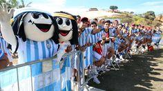 HINCHAS. Fanaticos de la seleccion Argentina durante el entrenamiento en Belo Horizonte. (Marcelo Genlote)