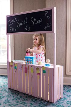 This DIY Play Stand is an imaginative toy to keep your kids entertained! It can be a lemonade stand, an ice cream stand, a market- the possibilities are endless! Your kids will have hours of fun with this easy to make and inexpensive project! Ice Cream Stand, Diy Ice Cream, Ice Cream Theme, Glace Diy, Kids Lemonade Stands, Kids Market, Play Market, Imagination Toys, Diy For Kids