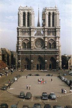 Parvis of Notre-Dame de Paris. - # of - Classic Cars of Klaus - Frisur Paris Vintage, Old Paris, Old Pictures, Old Photos, Paris France, Parvis, France Photography, Reisen In Europa, Paris Ville