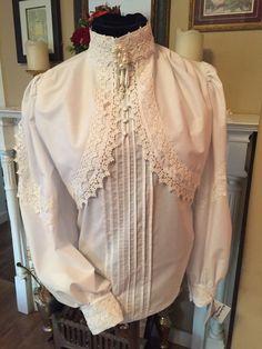 El Shirtwaist Dawton Abbey circa 1890-1900 Inspirado por la hermosa serie DAWTON ABBEY siempre es esta blusa intemporal en estilo y una hermosa adición a su guardarropa para las ocasiones especiales. Artesanal con la mejor mezcla de /poly algodón de Batista blanco lujoso suave y