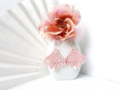 Orecchini romantici rosa pastello, gioiello estate moda 2018 - Orecchini eleganti, bigiotteria uncinetto cotone ROSA TENUE - Regalo unico di VilmasCreativeArt su Etsy