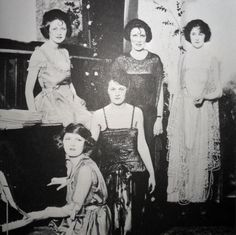 Zelda with her friends, probably around 1919. (Thanks to F- yeah Zelda Fitzgerald blog)